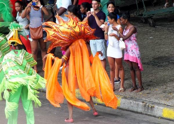 Carnavales y comparsas también destacan entre las atracciones preparadas para el pueblo para el presente período vacacional. Foto Abel Rojas Barallobre