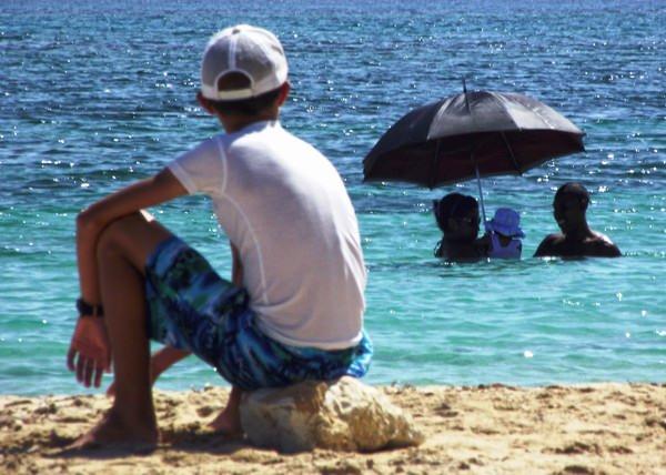 La playa siempre ha constituido una seductora opción que permite al cubano compartir en familia y con amigos en un ambiente más natural. Foto Abel Rojas Barallobre