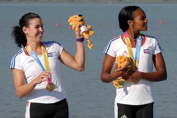 Las jóvenes Yariulvis Cobas y Aimee Hernández en dos pares de remos cortos dieron a la Mayor de las Antillas su primer título
