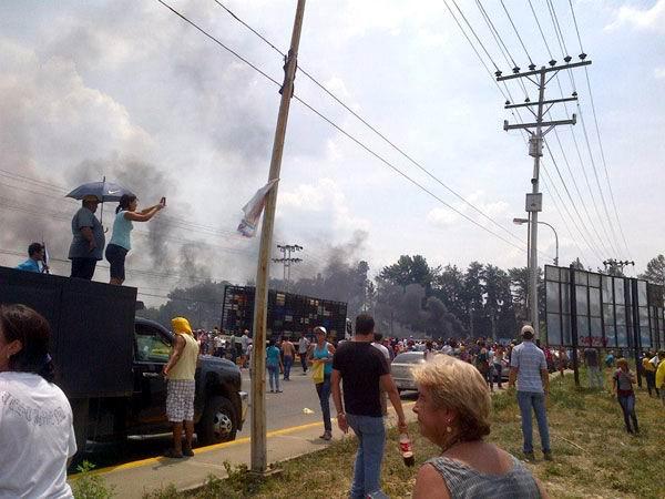 A fin de obstaculizar el movimiento cotidiano de personas y mercancías, los caprilistas bloquearon calles y autopistas a lo largo y ancho de Venezuela. Foto: Noticias 24