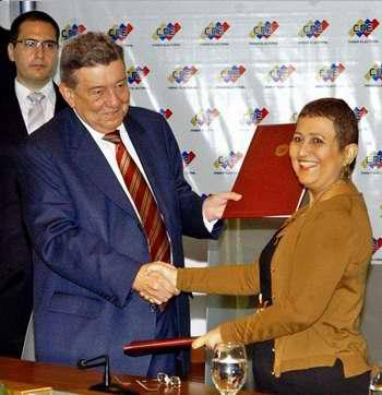 En la firma del acuerdo: Presidenta del CNE, Dra. Tibisay Lucena y Canciller de Perú, Rafael Roncagliolo. Foto José Manuel Correa