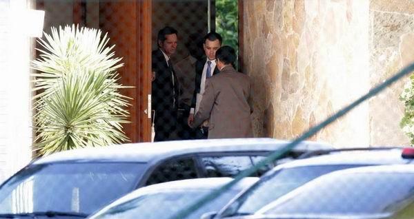 Policías allanan esta mañana la casa del titular de Diputados, Eduardo Cunha, en Brasilia. /Reuters