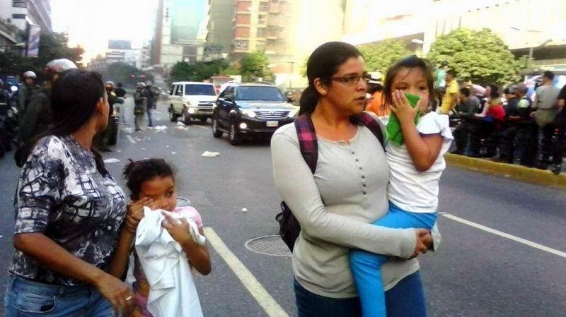 Al menos 900 trabajadores y 45 niños de un preescolar fueron afectados por un ataque de grupos violentos a la sede del Ministerio para Hábitat y Vivienda