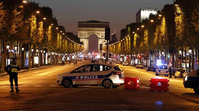 La policía asegura la avenida de los Campos Elíseos. Foto: Reuters