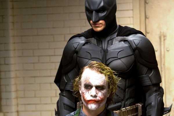 Se venden más armas en Colorado y Holmes pregunta por el final de Batman