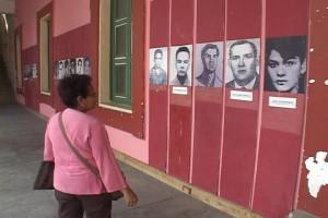 Brenda Esquivel frente a las fotografias de sus companeros asesinados.