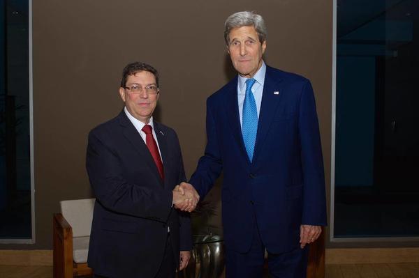 El ministro de Relaciones Exteriores de Cuba, Bruno Rodríguez, y el secretario de Estado norteamericano, John Kerry, se reunieron en la capital panameña, previo a la Cumbre de las Américas. Foto: Twitter del Departamento de Estado