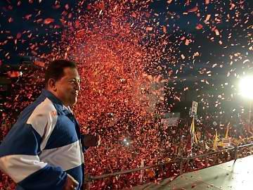 Una marea roja ratificó su compromiso con Hugo Chávez Frías. En la ciudad de Coro, en el Estado de Falcón, el candidato socialista recibió una cálida acogida popular