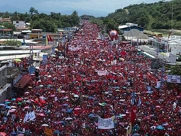 En los estados de Aragua y Carabobo, una avalancha de pueblo acompañó al candidato socialista Hugo Chávez