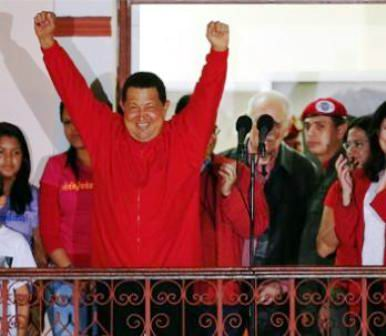 Hugo Chávez desde el Balcón del Pueblo. Las gargantas multiplicaron las notas del Himno Nacional.