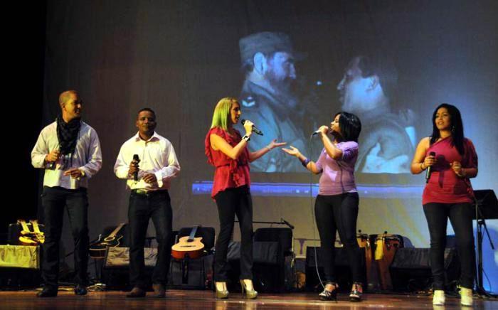 Colaboradores Cubanos Celebran Revolucion Foto Omara Garcia