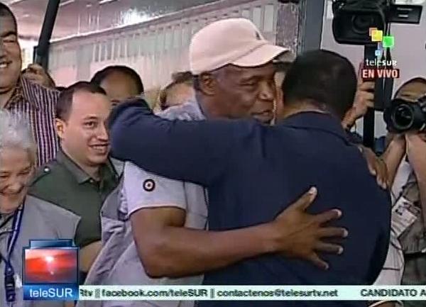El actor estadounidense Danny Glover, saluda al candidato Hugo Chávez