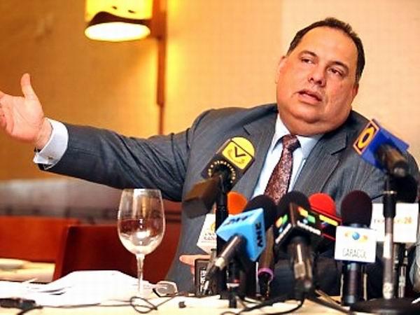 David de Lima, ex integrante de la Mesa de Unidad Democrática, (MUD), que representa al candidato de la derecha Henrique Capriles, denunció el paquete de medidas económicas, que tienen como ejes, la privatización y la reforma de la Constitución Bolivariana