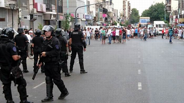 Desaloja la policía a vendedores en una calle de Buenos Aires
