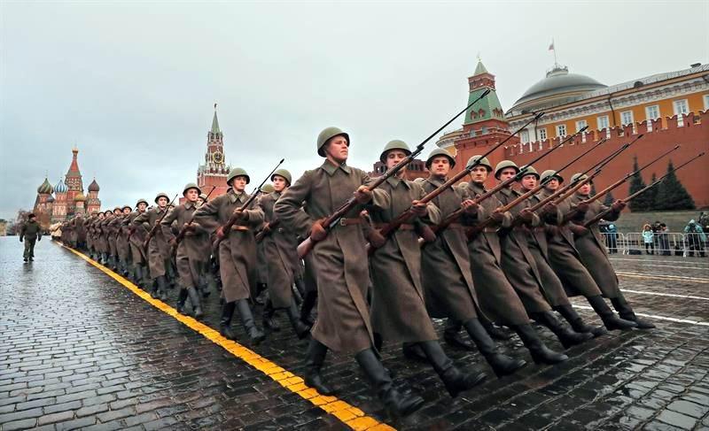 Desfile por los 100 años de la Revolución de Octubre