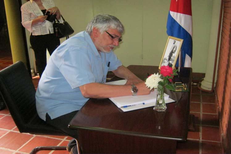Fernando Lugo firma libro de condolencias por la muerte del Comandante en Jefe, Fidel Castro