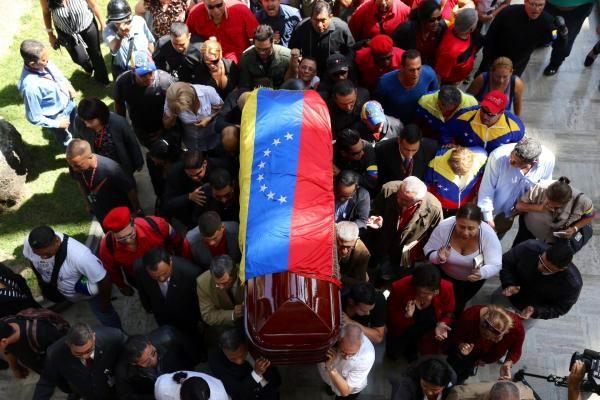 En las adyacencias de la Asamblea Nacional hubo una larga fila de personas para rendirle honores al dirigente chavista.