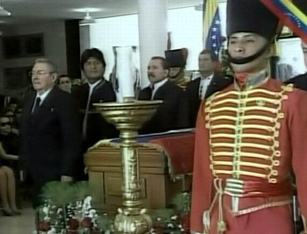 Raúl Castro junto a otros líderes latinoamericanos en la Guardia de Honor al Presidente Hugo Chávez