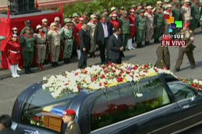 Llega carro fúnebre de Hugo Chávez Frías al Cuartel de la Montaña. Foto Telesur