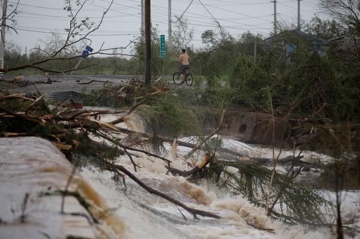 La carretera quedó inundada tras el desbordamiento de un río en Guayama, Puerto Rico (REUTERS/Carlos Garcia Rawlins)