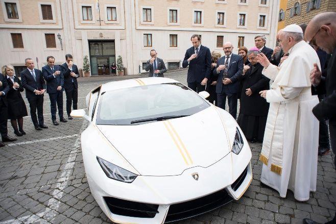 Lamborghini obsequia un curioso papamóvil a Francisco