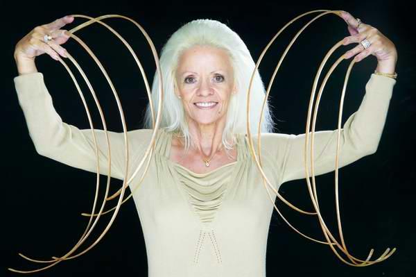 Lee Redmond, la mujer que pasó 30 años sin cortarse las uñas (+Video)