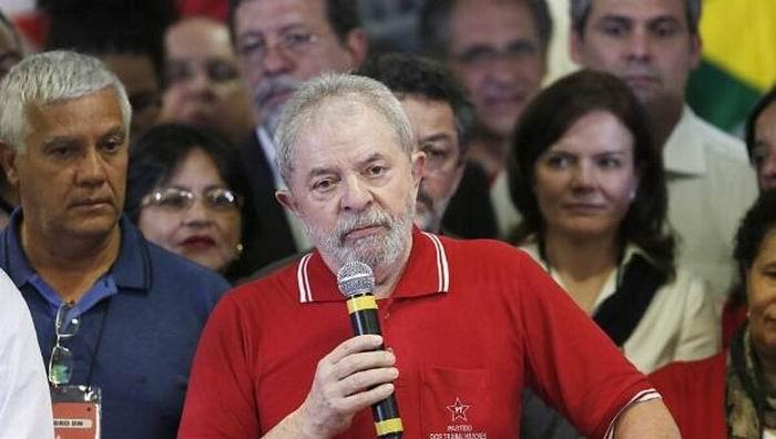 Lula exige una indemnización de un millón de reales (unos 295.000 dólares) por los daños causados a su imagen.