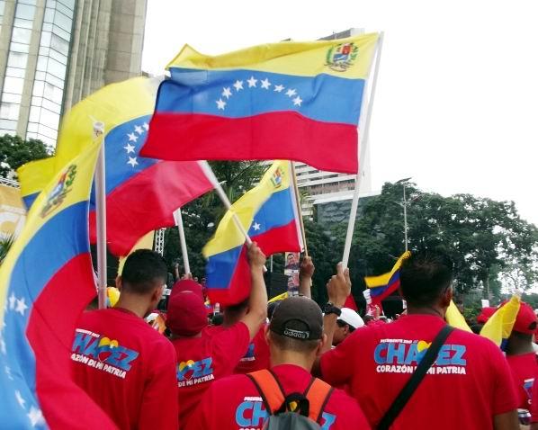 El pueblo se mantuvo en las Avenidas Universidad, México, Lecuna, Fuerzas Armadas, Urdaneta y Baralt, para apoyar la candidatura presidencial de Hugo Chávez