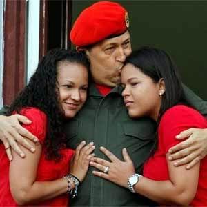 Hugo Chávez junto a sus dos hijas, María Gabriela y Rosa Virginia.