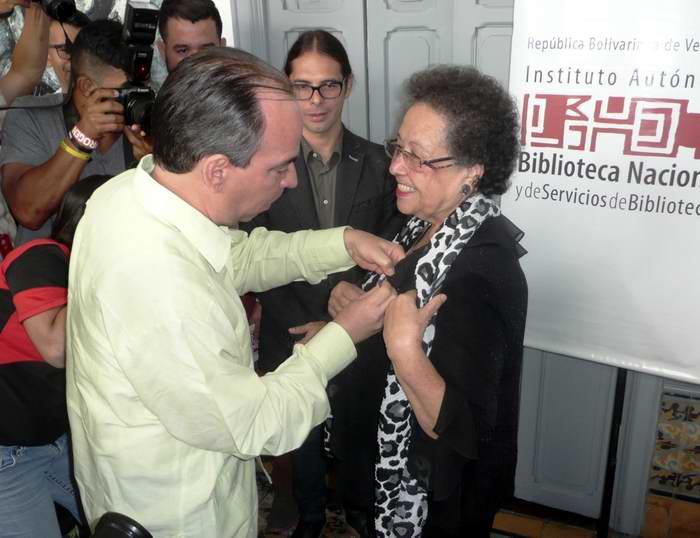 La medalla de la amistad que otorga el Consejo de Estado de la República de Cuba a propuesta de Instituto Cubano de Amistad con los Pueblos le fue conferida a la venezolana María León. Foto Minoska Cadalso