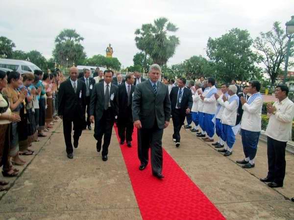 El miembro del Buró Político del Partido Comunista y primer vicepresidente de los Consejos de Estado y de Ministros de Cuba, Miguel Díaz-Canel Bermúdez (C), en tradicional tributo en el Templo That Luang, en Laos, el 22 de junio de 2013. AIN FOTO/Hugo RIUS