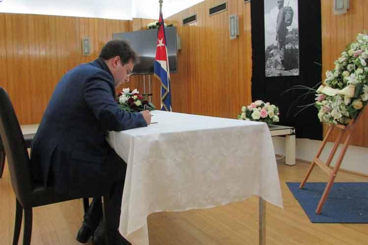 Firma Ministro de Francia libro de condolencias tras deceso de Fidel