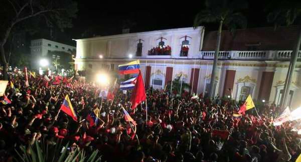 Cientos de fuegos artificiales, desde diversos puntos de la ciudad, alumbraron la noche apenas anunciada la victoria del Candidato Socialista Hugo Chávez Frías, en los comicios presidenciales de este 7 de octubre