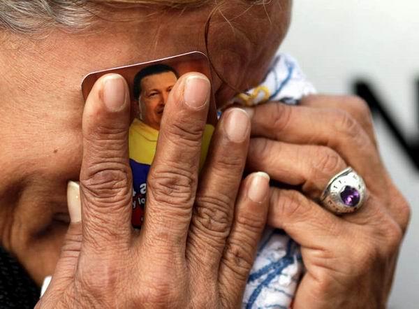 Mujer venezolana llora la pérdida del Presidente Comandante Hugo Chávez.