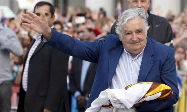 Mujica en el simbólico y tradicional acto de arriado de la bandera nacional en la plaza Independencia de Montevideo. Foto: Reuters