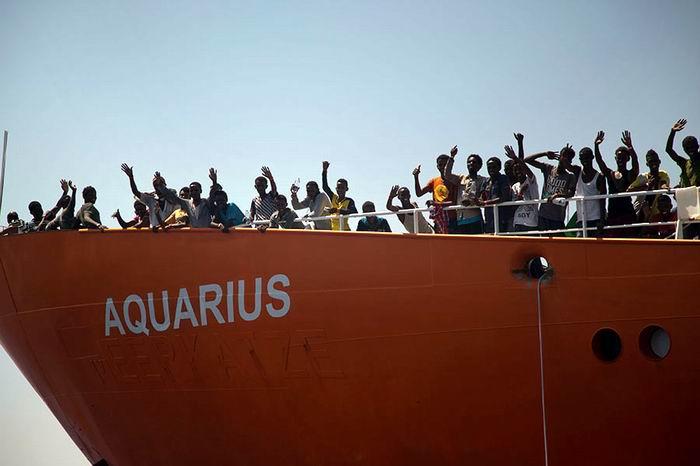 Llegan a Francia 78 migrantes del buque Aquarius