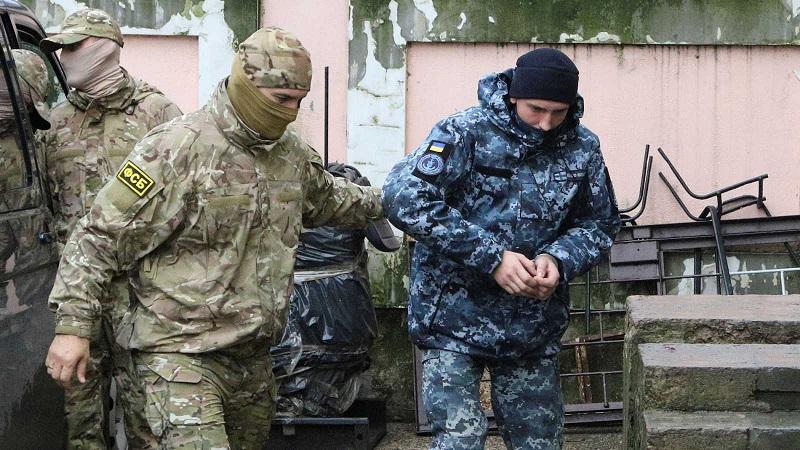 Soldados rusos capturan a militares ucranianos