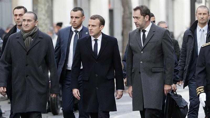 Presidente francés Enmanuel Macron en las calles de París tras protestas populares