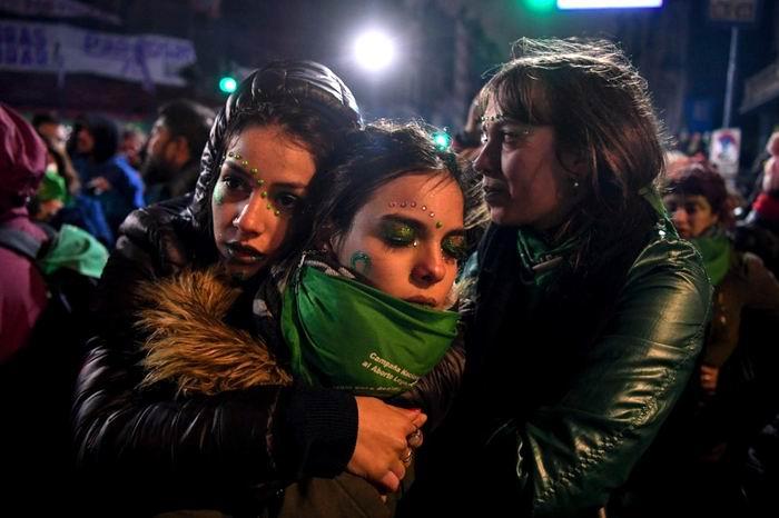 Un grupo de jóvenes, a favor de la legalización del aborto, se consuelan mutuamente después que el Senado argentina rechazara la ley. Foto: AFP