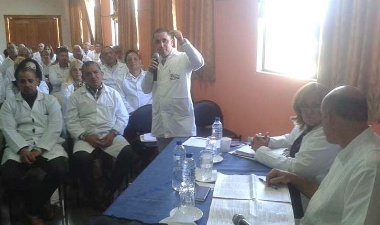 Debaten reformas a la Constitución cooperantes cubanos en Ecuador