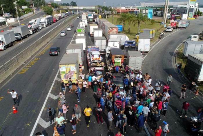 Los camioneros, en huelga desde el lunes, han bloqueado parcialmente varias autopistas. Foto: AP