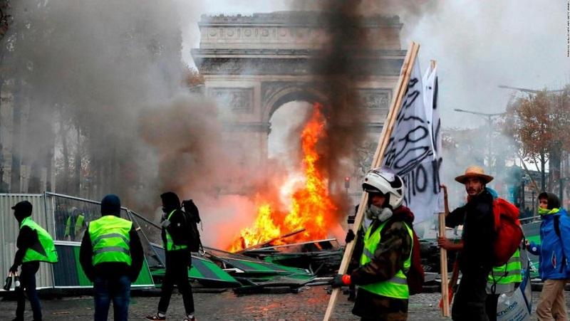 Cede el gobierno francés ante protesta ciudadana contra alza de precio