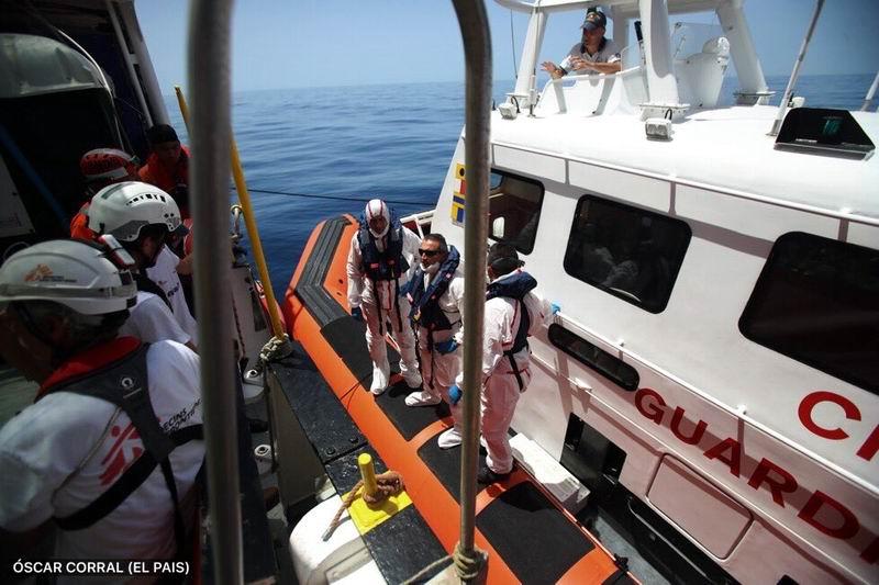 Inicia traslado de 500 migrantes del buque Aquarius a España