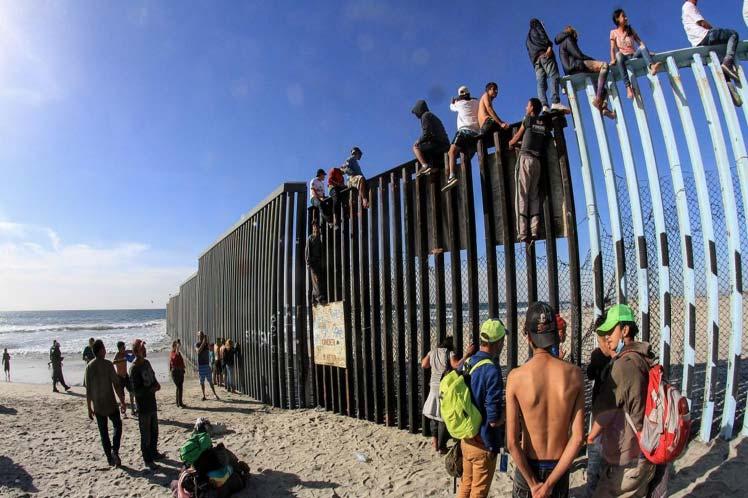 Migrantes centroamericanos intentan ingresar a EE.UU. desde Tijuana