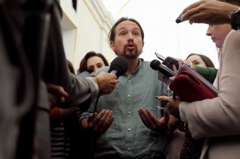 Pablo Iglesias responde a los periodistas en los pasillos del Congreso. Foto: Juan Carlos Hidalgo/EFE