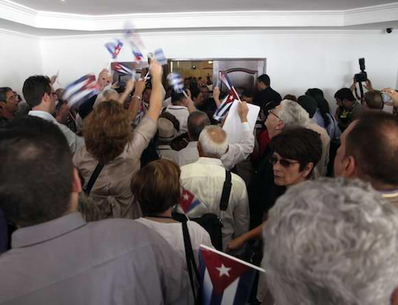 Una enérgica protesta de la delegación cubana al Foro de la Sociedad Civil de la VII Cumbre de las Américas al negarle la entrada a algunos delegados por problemas en la acreditación Foto Ismael Francisco
