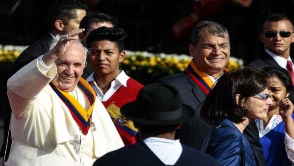 Oficia Papa Francisco primer mensaje de paz y amor en Ecuador