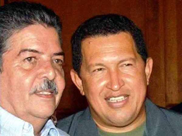 El periodista de Radio Rebelde, Carlos Sanabia Marrero, junto al Comandante Hugo Chávez Frías