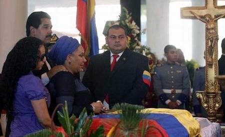 Piedad Córdova y Nicolás Maduro miran el féretro con los restos de Hugo Chávez. Foto: AFP