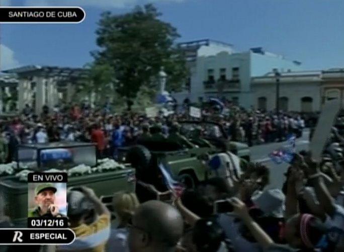 Llegan cenizas de #FidelCastro a la Plaza de Marte en Santiago de #Cuba y se entona el Himno Nacional.